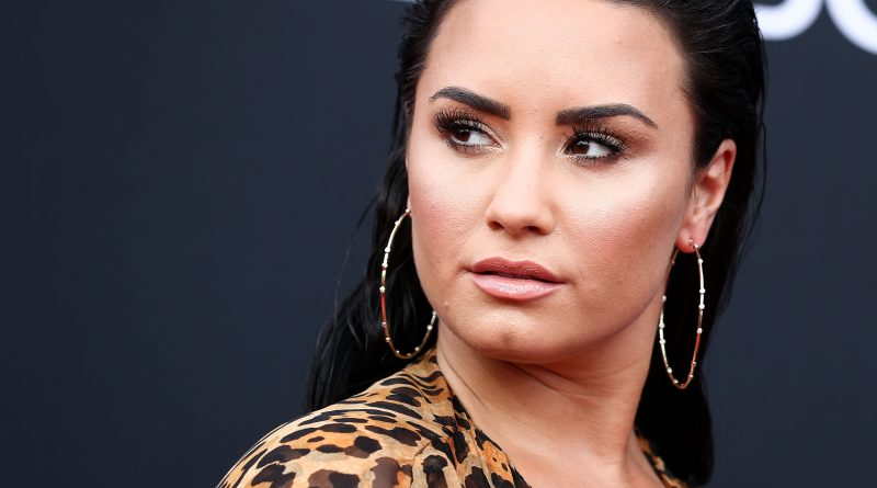 Demi-Lovata-Pop-Singer-Married-Biography